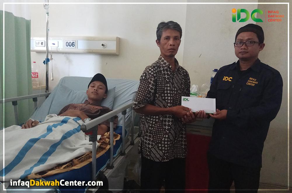 Idc Serahkan Bantuan Pengobatan Ustadz Muhammad Aziz Di Ruang Icu Rsud